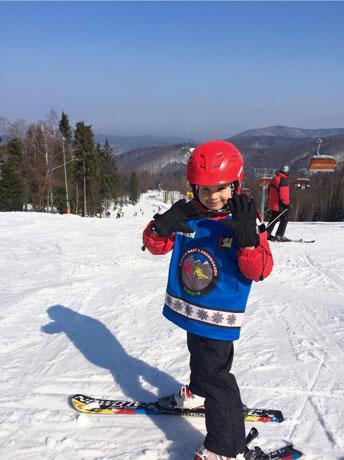 zdjęcie dziecka na nartach